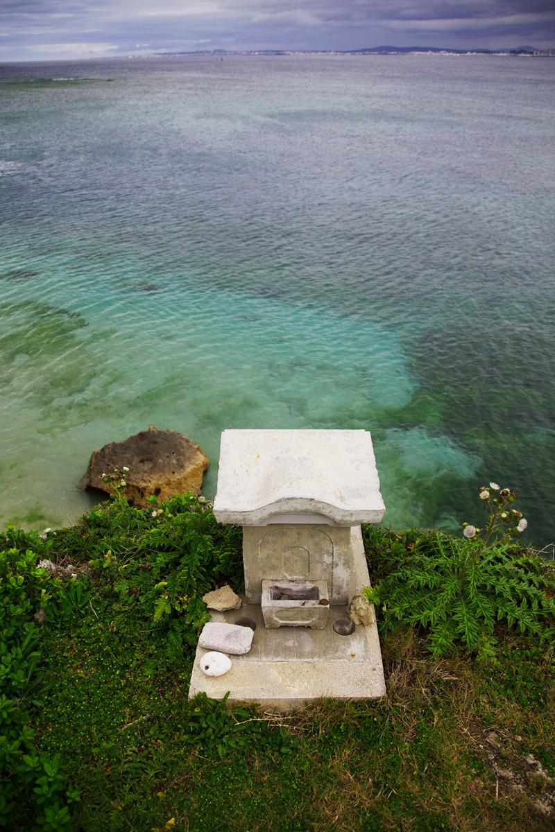 沖縄写真 海に突き出す御嶽(ウタキ)