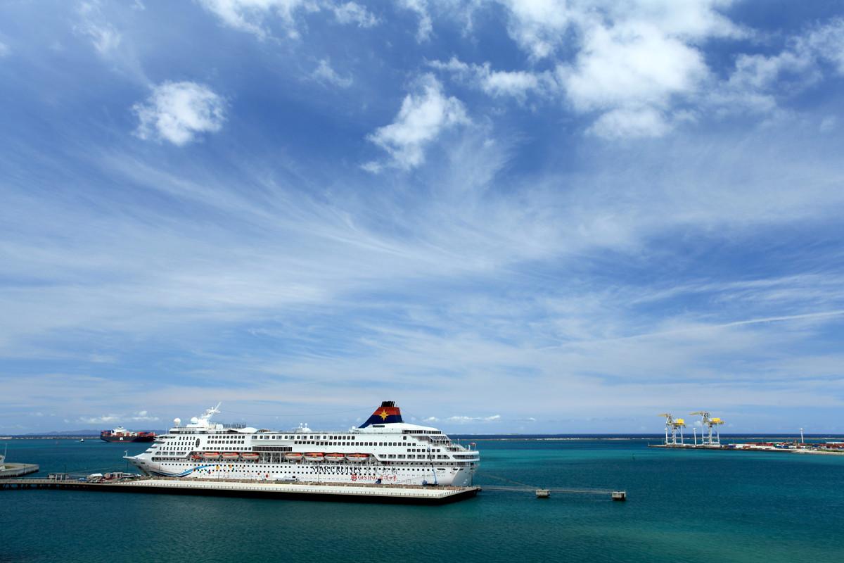 沖縄写真 クルーズ船 スーパースターアクエリアス 若狭バース