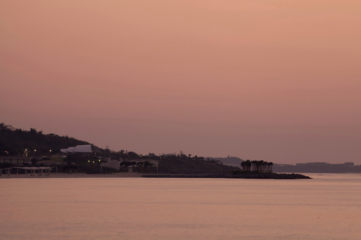 沖縄写真 薄紅色に染まるエメラルドビーチ