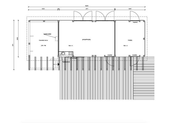 plattegrond van het overdekte terras en de garage met werkplaats. Daaraan grenzend tussen het bijgebouw en het zwembad een zonneterras