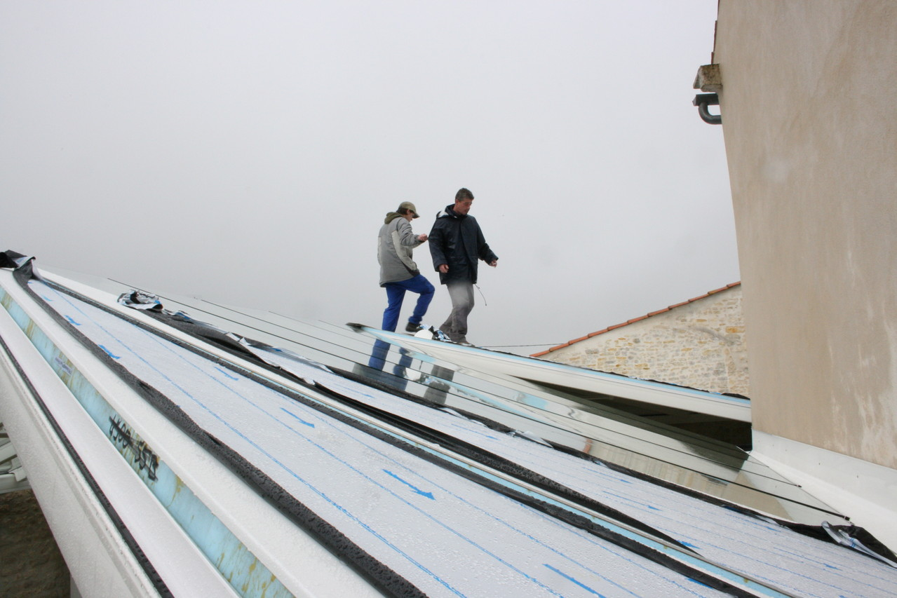 remplacement des plaques de toiture par panneaux thermiques et phoniques