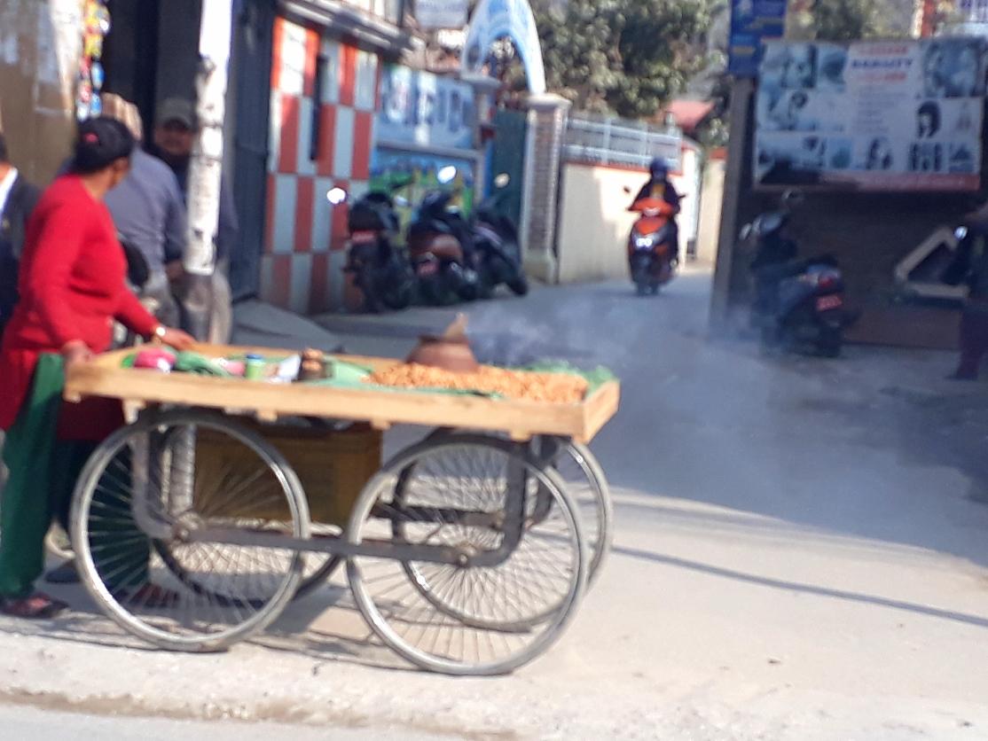Gasse in Kathmandu mit Sadekho Peanuts