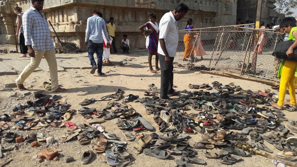 Wenn einem nach dem Tempelbesuch die Schuhe fehlen...