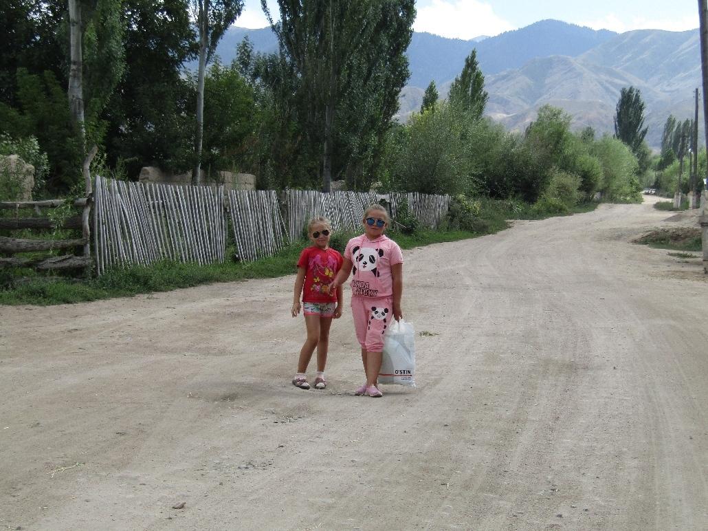 Coole girls gehen im Dorf zum Einkaufen