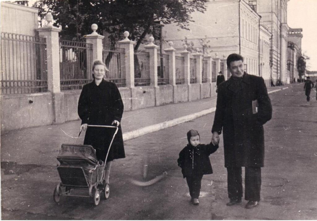 С женой и дочерьми Марией и Ольгой, 1951 год