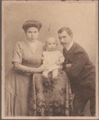 Коля с родителями. 1911