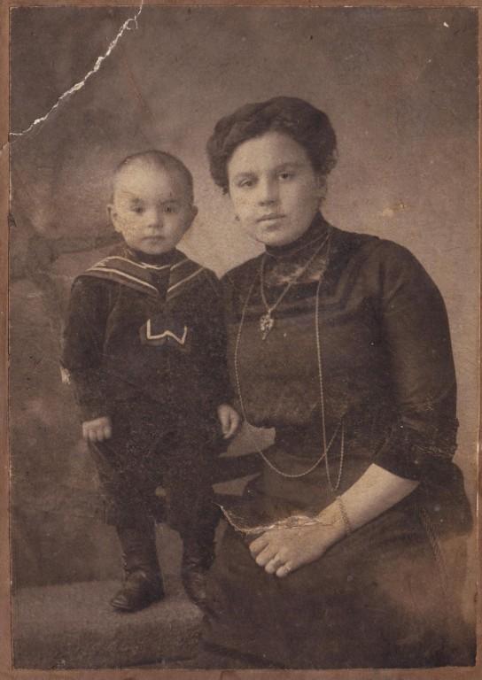 С матерью Елизаветой Васильевной. 1911