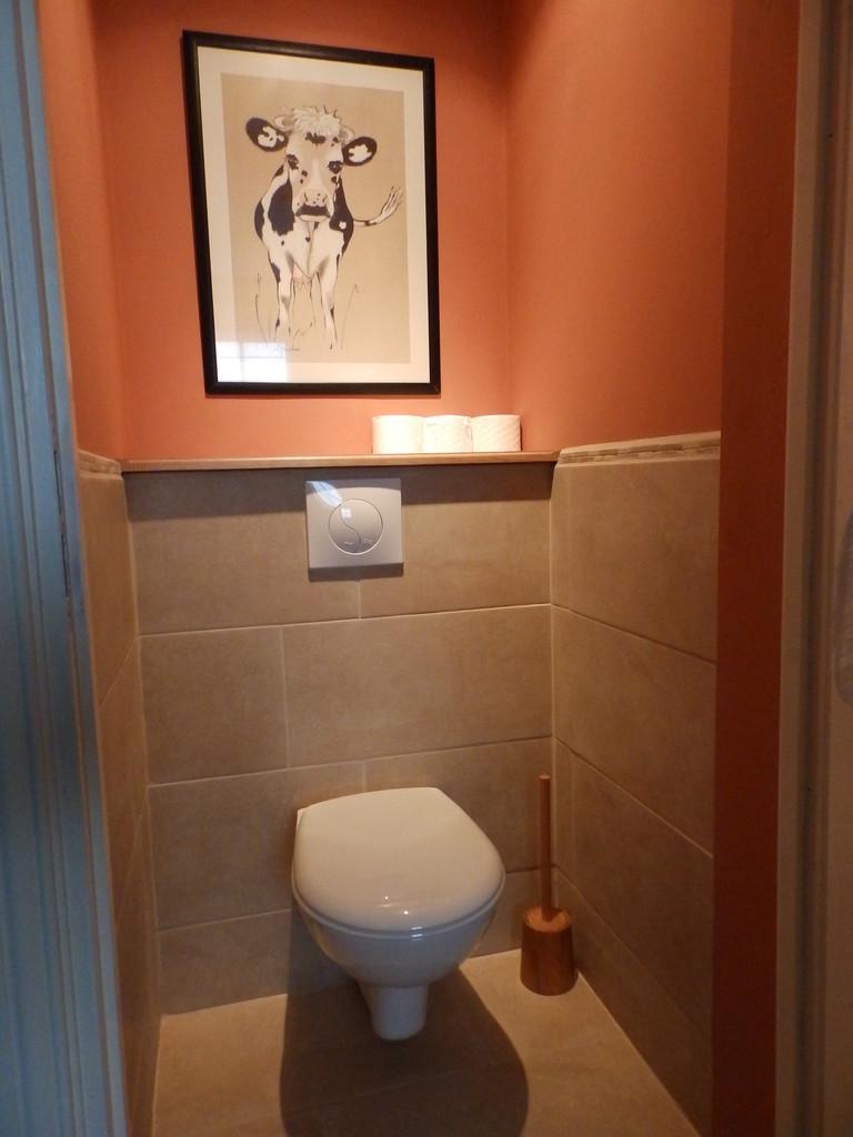 Le WC du rez-de-chaussée, également séparé de la salle d'eau, rend hommage avec humour à l'animal nourricier!