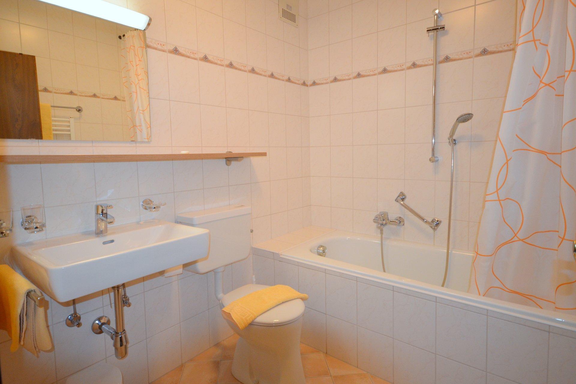 2. Badezimmer Badewanne und WC