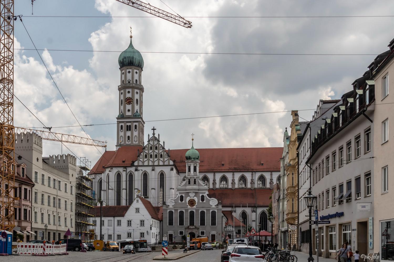 Evgl. St. Ulrich Kirche (im Vordergrund) Augsburg - ursprünglich als Vorhalle für Wallfahrer der Basilika 1457 gebaut