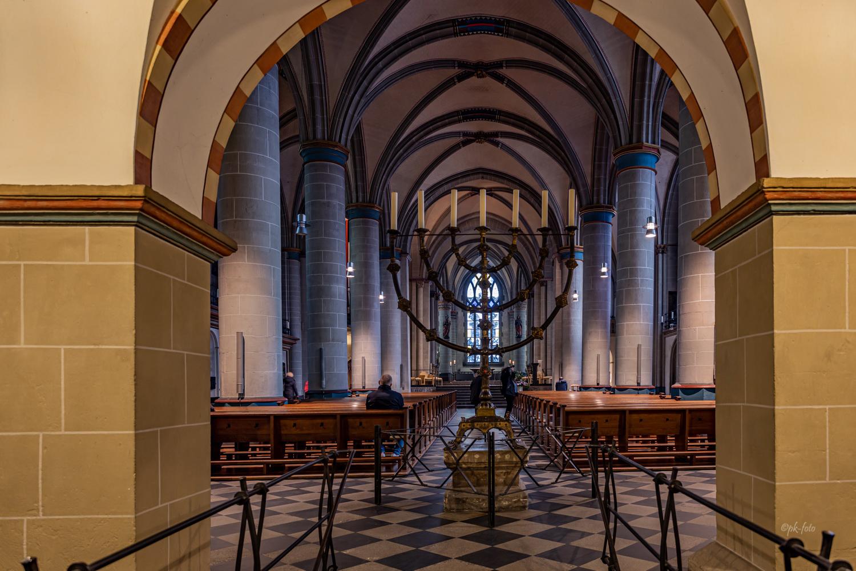 Siebenarmiger Leuchter im Essener Münster - Bischofskirche des Bistums Essen aus dem 13. Jahrhundert