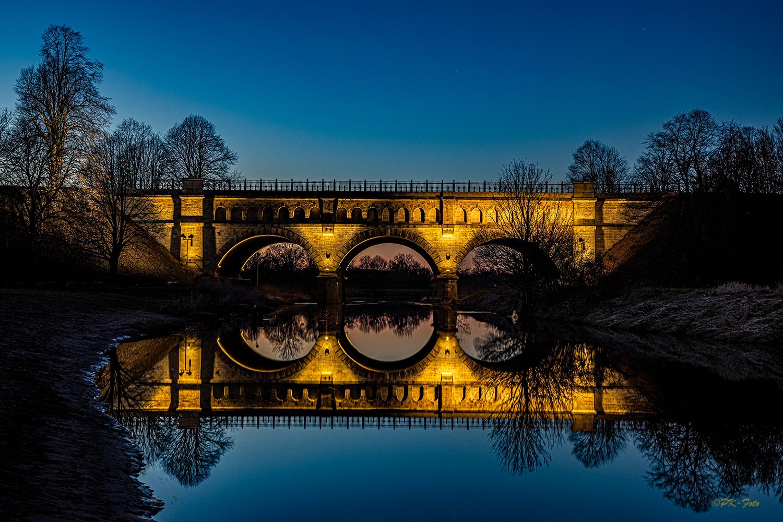 Dreibogenbrücke in Olfen während der Blauen Stunde