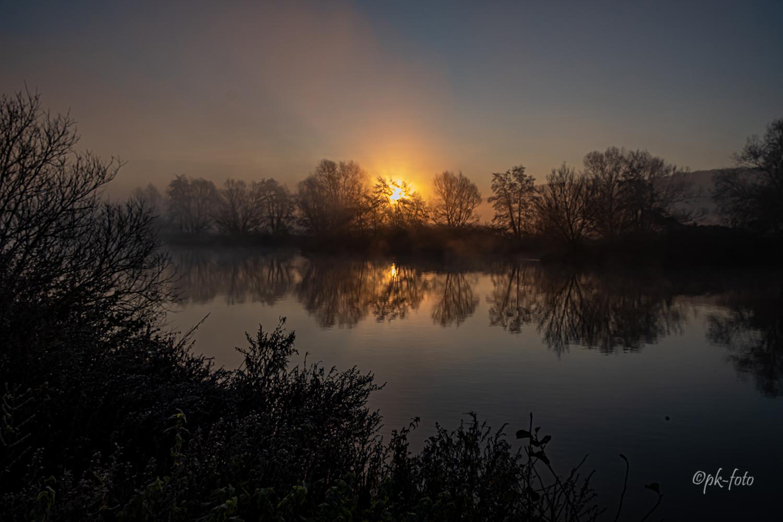 Die Ruhr in Hattingen bei Sonnenaufgang im Dezember