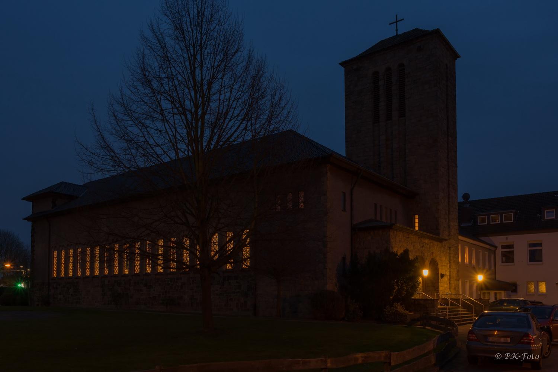 St. Josef Hattingen-Welper während der blauen Stunde - gebaut 1929
