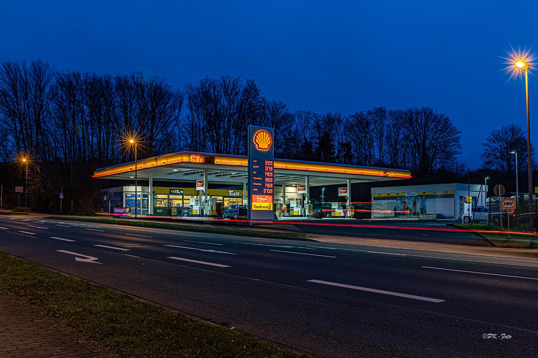 Tankstelle zur Blauen Stunde in Hattingen
