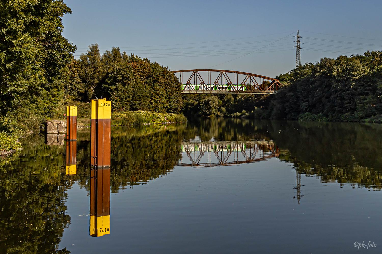 Spiegelung einer Eisenbahnbrücke am Rhein-Herne-Kanal in Bottrop-Ebel