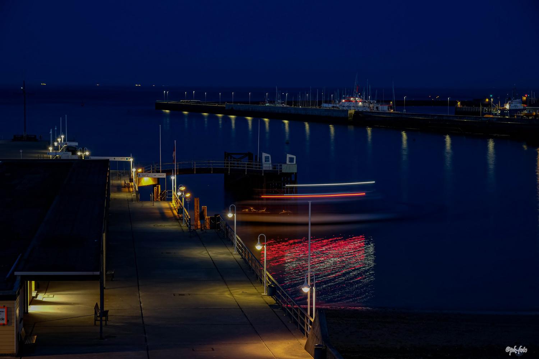 Das letzte Boot kehrt von der Düne zur Hauptinsel (Helgoland) um 23:15 Uhr zurück