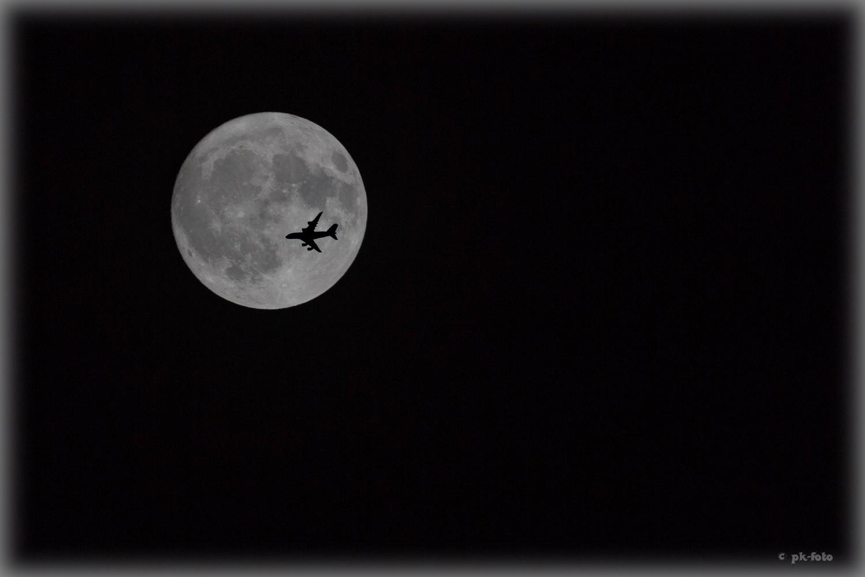 Mond mit Airbus A 380 - Fotomontage