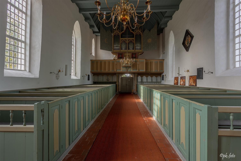 Gottesdienstraum mit Orgel in Rysum