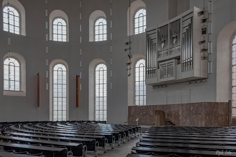 Paulskirche in Frankfurt aus dem 13.Jhd.-1485 erweitert,- 1786 abgerissen und 1789-1833 neu gebaut.1944 zerstört und 1947-1948 neu aufgebaut