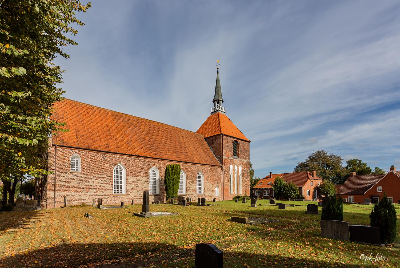 Evangelisch reformierte Kirche von Rysum aus dem 12. Jahrhundert