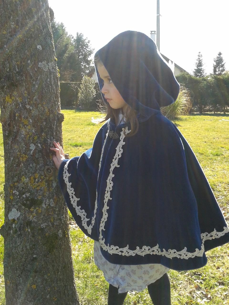 Cape enfant en velours bleu avec galon or cousu main - Nathalie Navarro Créations
