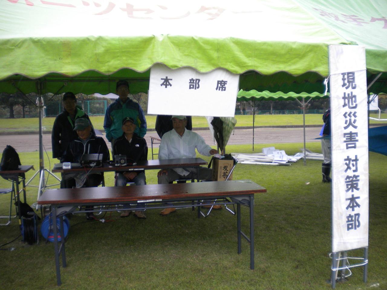 本部席役員、事務局が集まる前に設置完了、クラブのメンバーで記念写真撮影