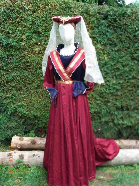 Burgundisches Kleid mit Wulsthaube