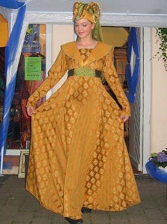 Burgundisches Kleid mit Hörnerhaube