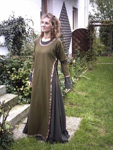 Spätmittelalterliches Kleid um 1350-1380
