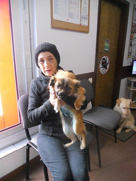 Carmen mit einer frisch kastrierten Hündin beim Tierarzt