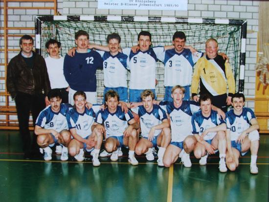 Die Meistermannschaft des TV Königsberg von 1990 um Trainer Willi Barthelmes