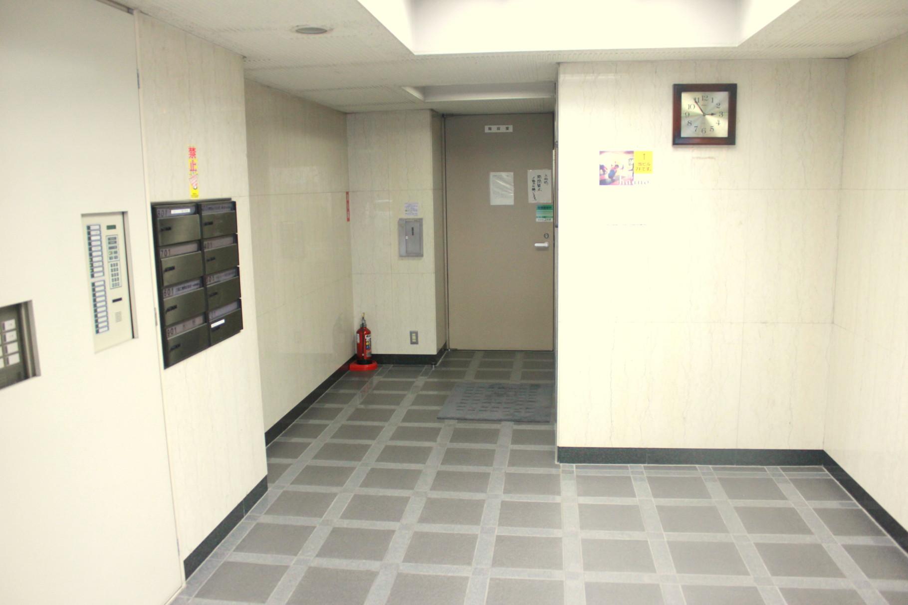 自動ドアを入っていくとエレベーターホールとなります。