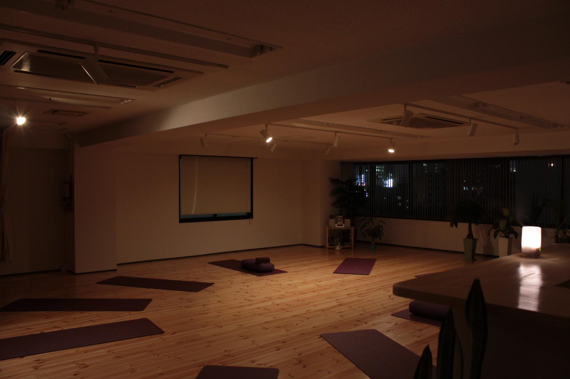 夜のクラスは照明をおとし、 日常の気持ちを少し落ち着かせ スタートします。