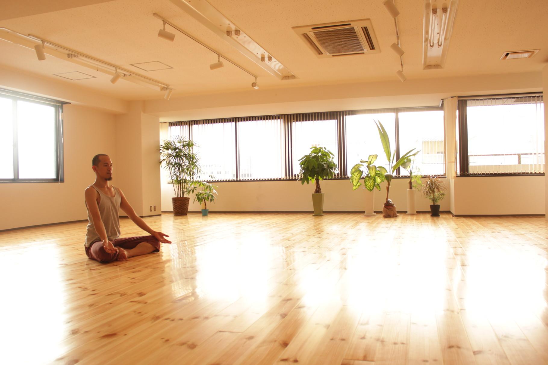スタジオは、 男性の方でも伸び伸び動ける広い空間です。 ナマッた体をうごかし、 スッキリッ!