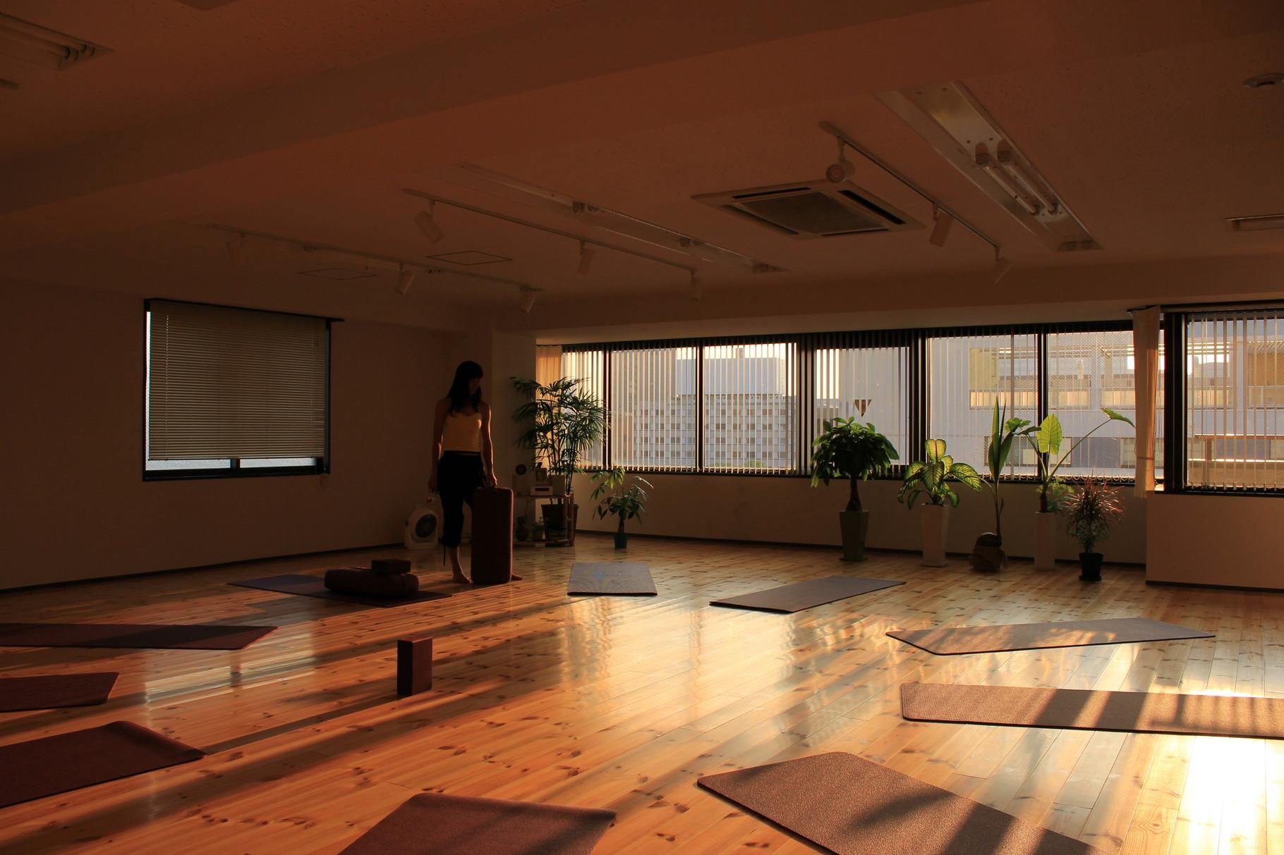 夕陽が差し込み、 スタジオは幻想的な雰囲気に。