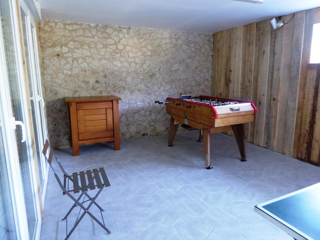 salle de jeu avec table de ping-pong et baby foot