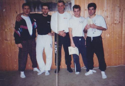 """Die """"Berliner Gruppe"""" auf einem Larry Hartsell Seminar in Langenhagen. Larry Hartsell ist ein Original Schüler von Bruce Lee. Von Links nach Rechts: Stephan, Martin, Larry Hartsell, Marcel und Martin."""