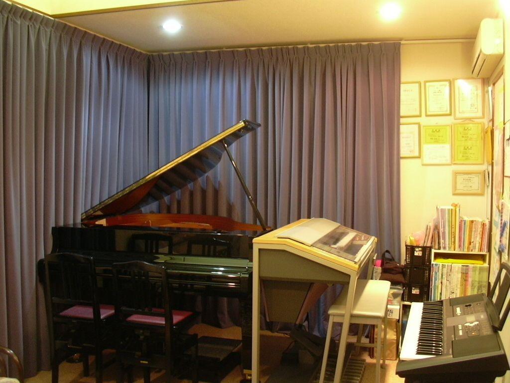 グランドピアノ、エレクトーン、キーボードがあります