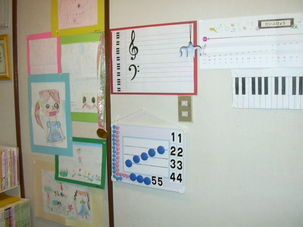 エレクトーンの後ろの壁面には、子どもたちからもらった絵や手紙を掲示。楽譜読みの教材もあります。