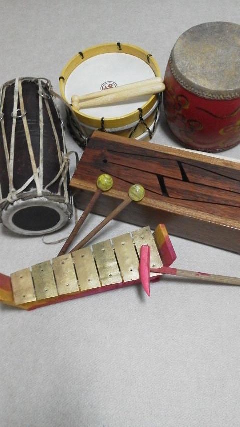 スリットドラムとたたいて鳴らすもの  ガムランの鉄琴は小さいけれどなかなかいい音♪