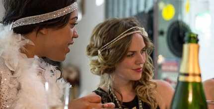 Två finklädda tjejer på fest
