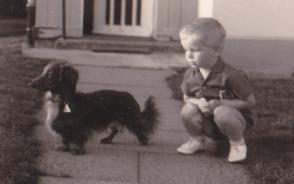 1967 Klein Stefan mit unserem 1. Langhaarteckel
