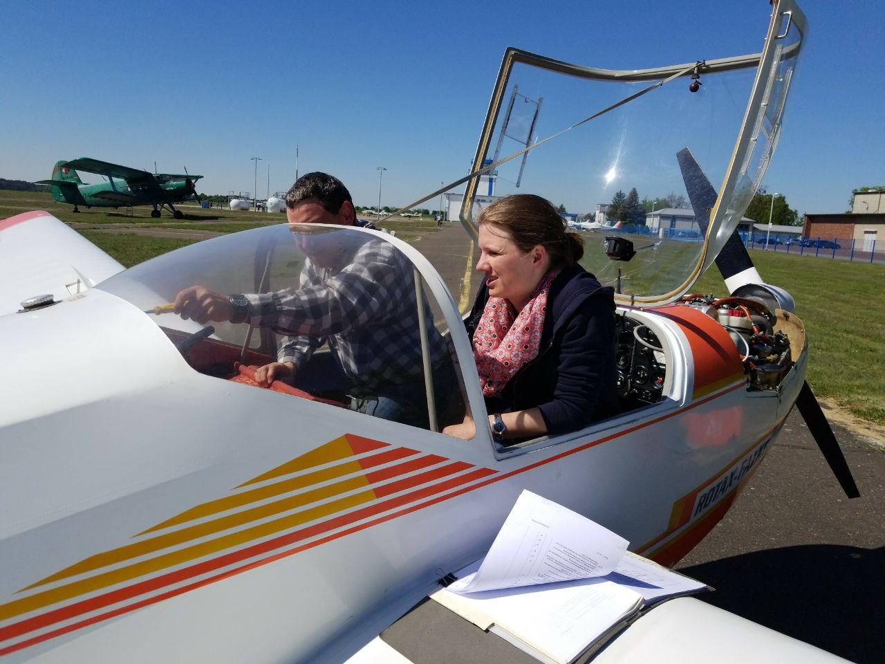 Flugschüler untersuchen das Flugzeug -- auch Technik ist Teil der Ausbildung