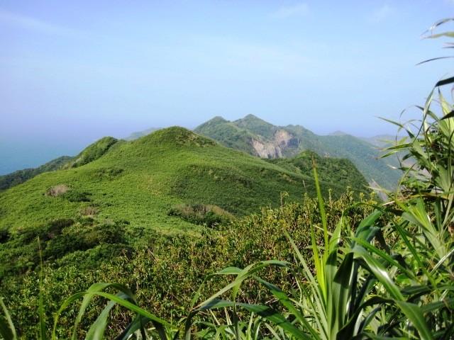山頂から堺が岳を望む