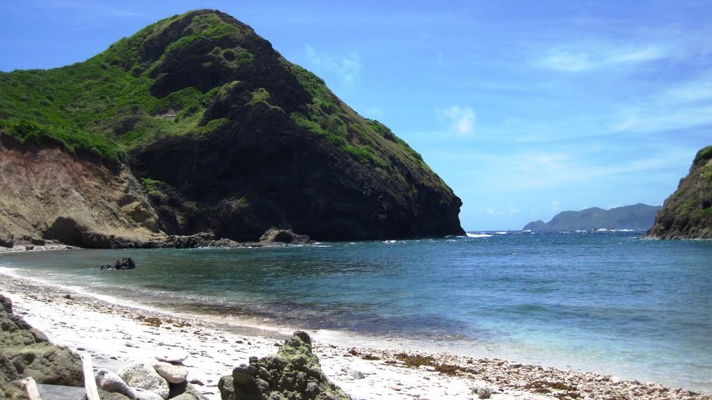 南崎の海岸より小富士を望む