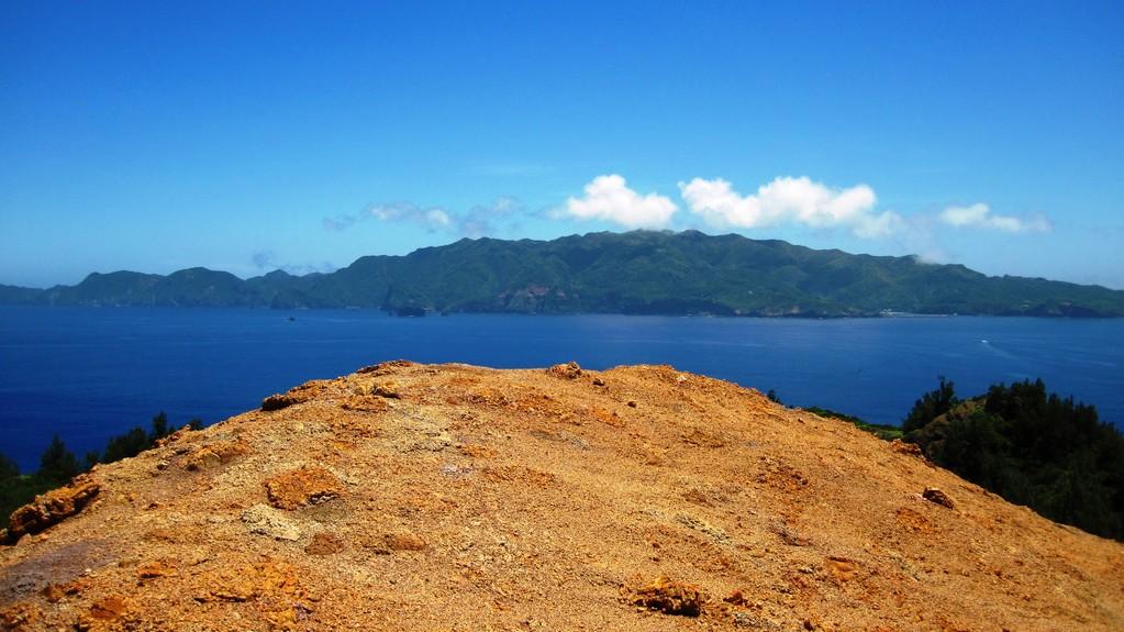 向島の裸地から見た乳房山