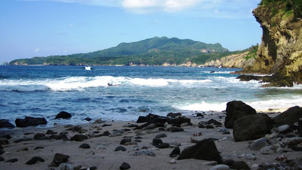 ワイビーチから乳房山を望む