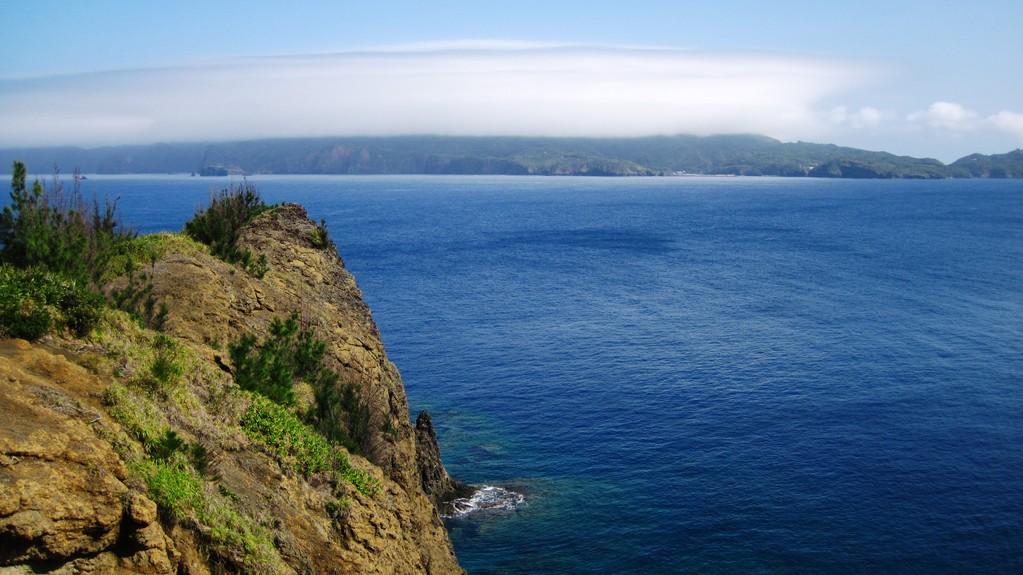 向島から見た雲霧がかかる乳房山