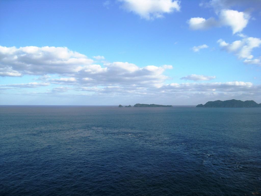 小富士の山頂から姪島、妹島を見る